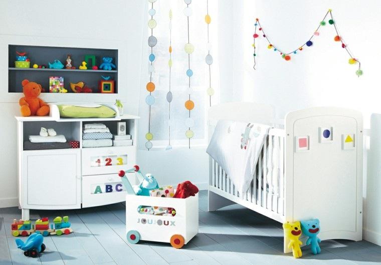 habitación blanca juguetes colores