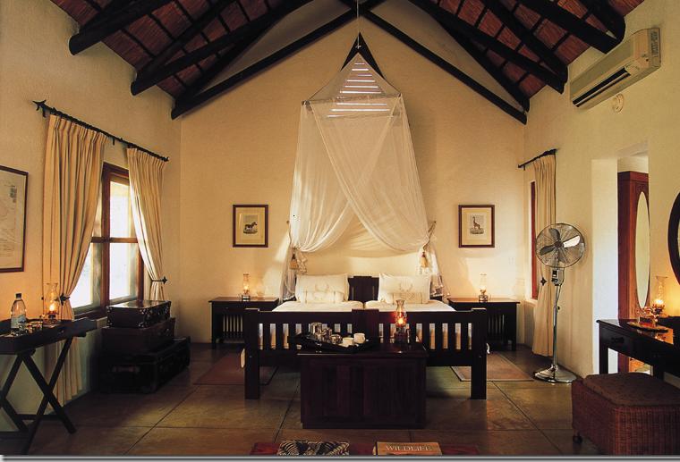Muebles estilo colonial - interiores elegantes con madera