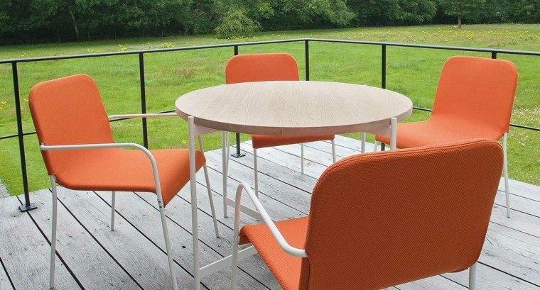 mesa madera sillas naranja jardin ideas