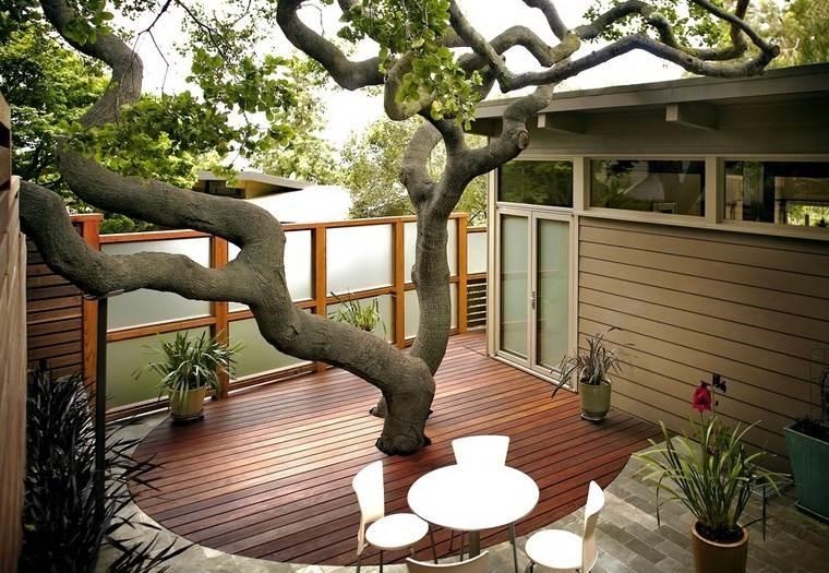 muebles de exterior arbol suelo madera mesa sillas blancas ideas