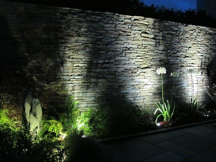 muro rojo rocas puesntes grises piedras