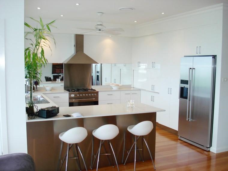diseño cocina pequeña moderna blanca
