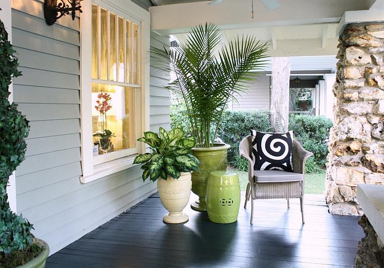porche decorado macetas silla