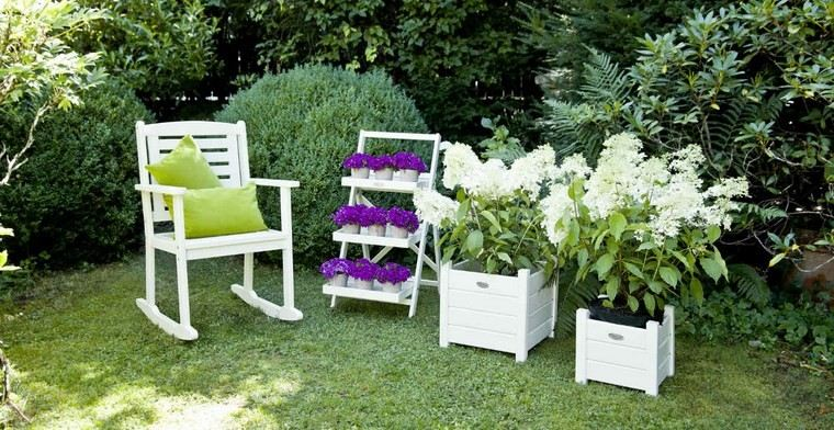 sillon macetas blancas terraza flores ideas
