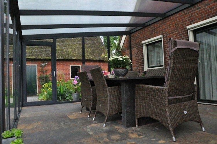 diseño terraza cerrada muebles mimbre