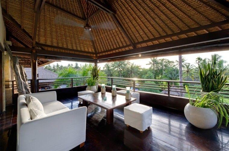terraza cubierta tropicalmuebles blancos