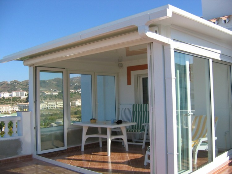 terraza pequeña acristalada color blanco