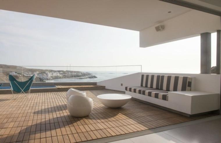 Vertice Arquitectos terraza suelo madera muebles blancos ideas