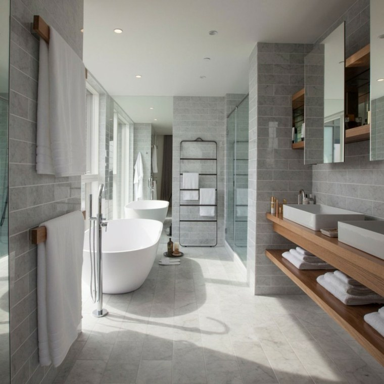 Estantes Para Baño En Madera:Cuarto de baño moderno con estantes de madera