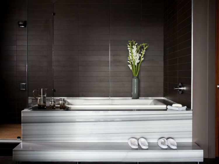 baños con bañeras ideas oscuros conceptos flores