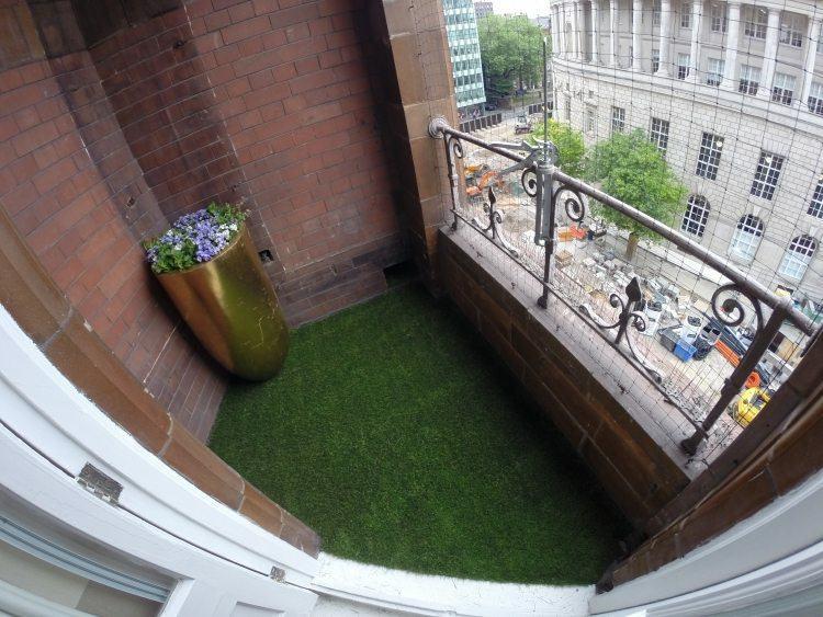 balcón pequeño suelo hierba