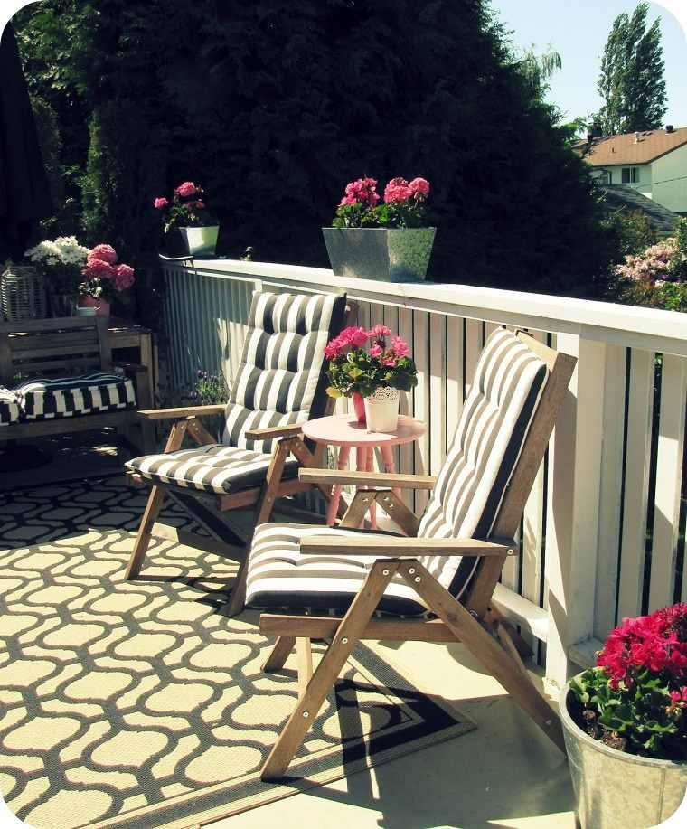 balcon sillas madera flores rosa ideas