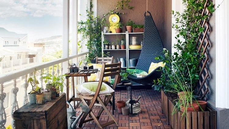 Belleza pura para el balc n en 50 ideas de muebles for Mesa colgante para balcon