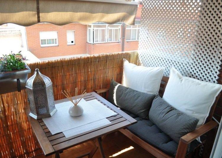 belleza balcon pequeno sofa cojines candelabro ideas