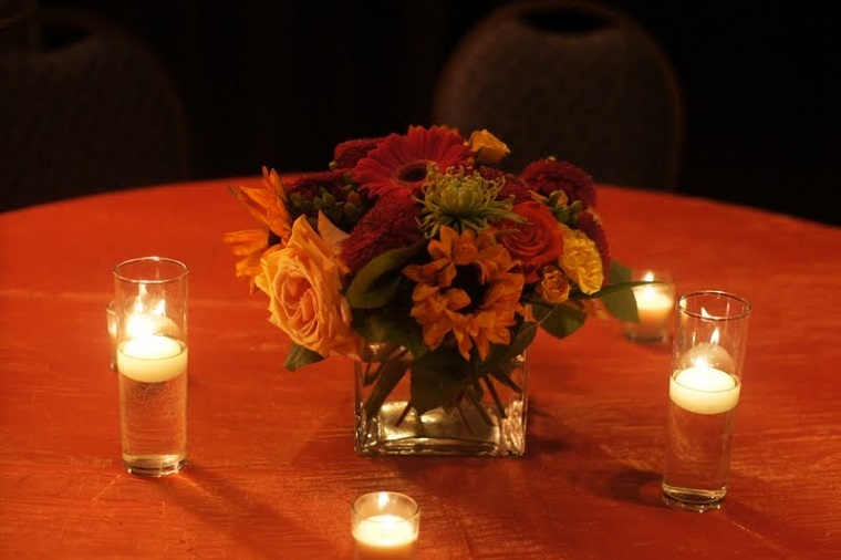 bonita mesa decorada velas flotantes