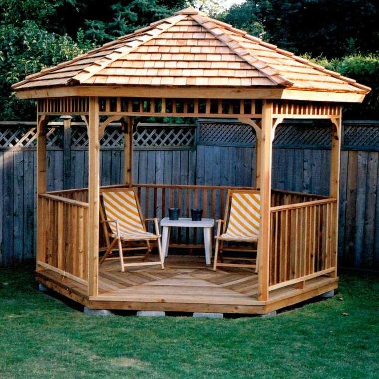 cenador madera jardín dos sillas