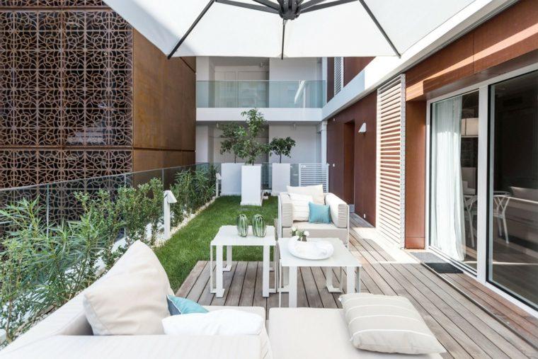 cesped muebles blancos comodos terraza ideas