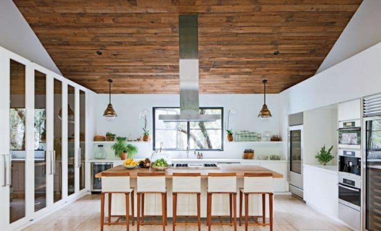 cocinas con isla blanca techo madera ideas