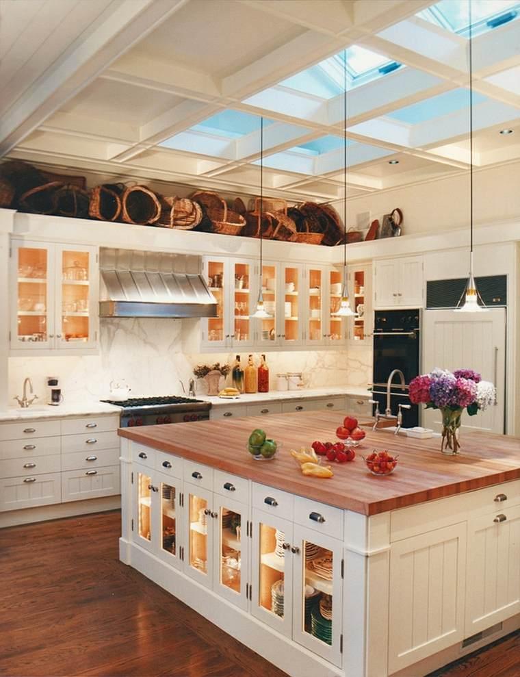 Cocinas con isla 50 ideas de muebles blancos o de madera - Cocinas con encimeras de madera ...