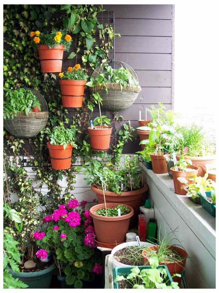 Decoracion de balcones y terrazas peque as 99 ideas for Plantas colgantes para balcones