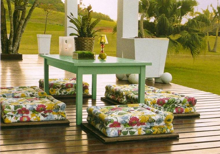 decoración terraza sillas puff