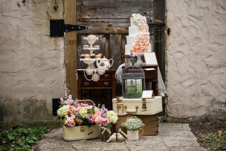 decoracion boda vintage mesitas pasteles maletas ideas