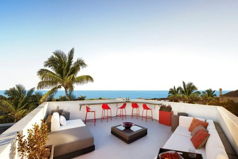 decoración terrazas barra sillas rojas ideas