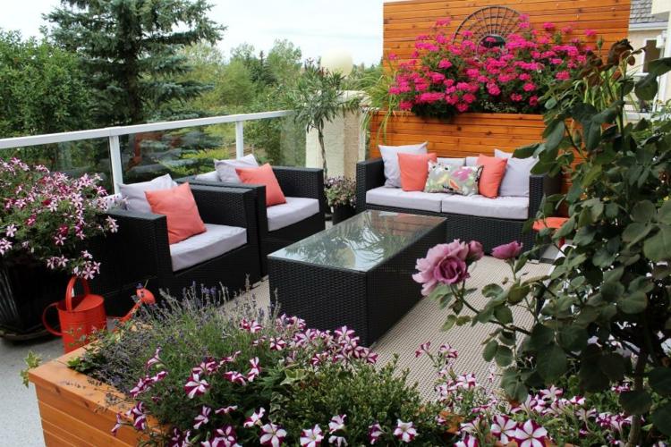 decoracion terrazas pequeas flores pinos