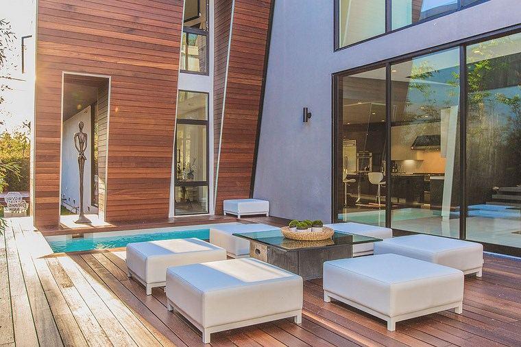 decorar terraza taburetes blancos suelo madera ideas