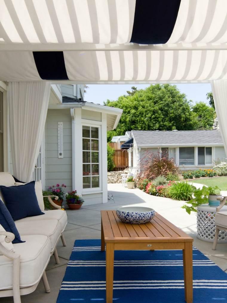 decorar terrazas pequeñas alfombra azul ideas