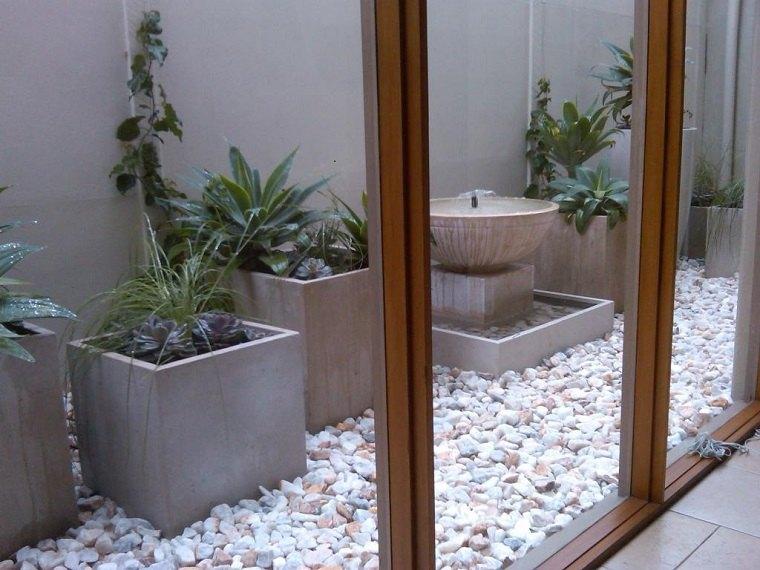 diseño patio pequeño fuente