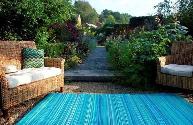 muebles mimbre alfombra turquesa