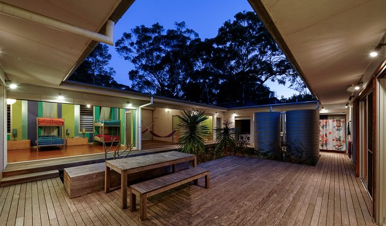 estupendo diseño patio interior madera