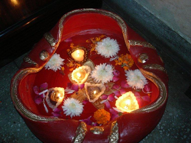 cuenco rojo velas flores