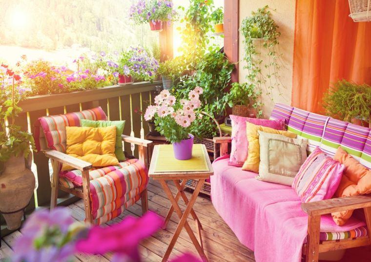 balcón decorado telas cojines