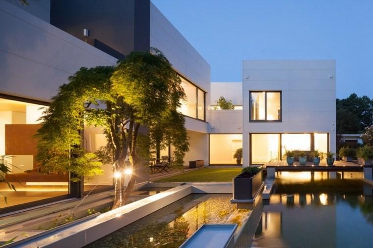 fachada moderna jardin estanque piscina