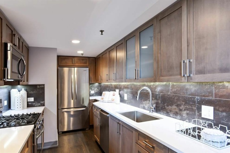ideas cocinas estrecha armarios madera moderna