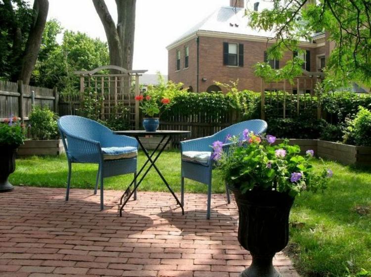 jardines pequeños interior cesped sillas azules ideas
