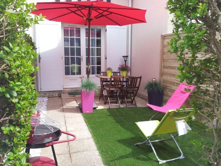 jardines pequeños interior cesped sillones colores ideas