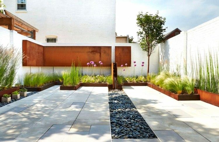 jardin pequeno interior plantas losas decoracion metal ideas