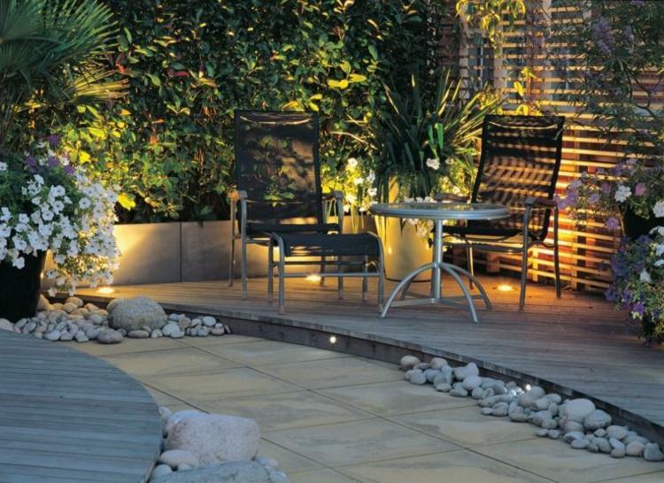 jardin pequeno interior suelo madera piedras ideas