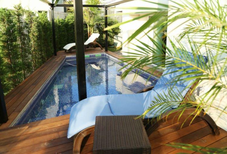 jardin pequeno piscina pequena tumbonas ideas