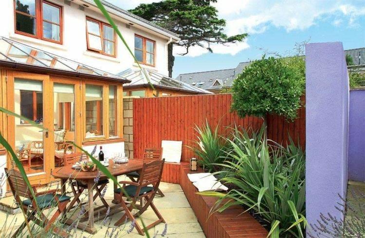 jardin trasero pequeno muros muebles madera ideas