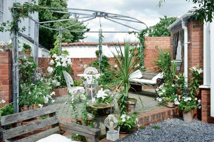 jardin trasero pequeno pergola muebles blancos ideas