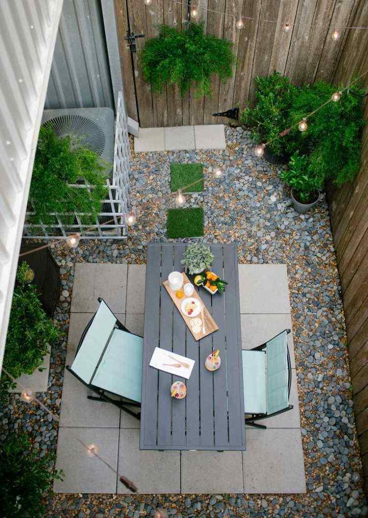 jardin trasero pequeno piedras cesped ideas
