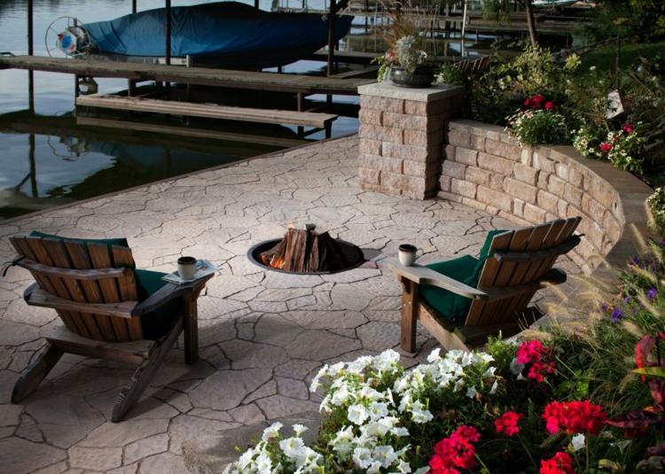 jardines fuego decorado sillas maderas amarillas
