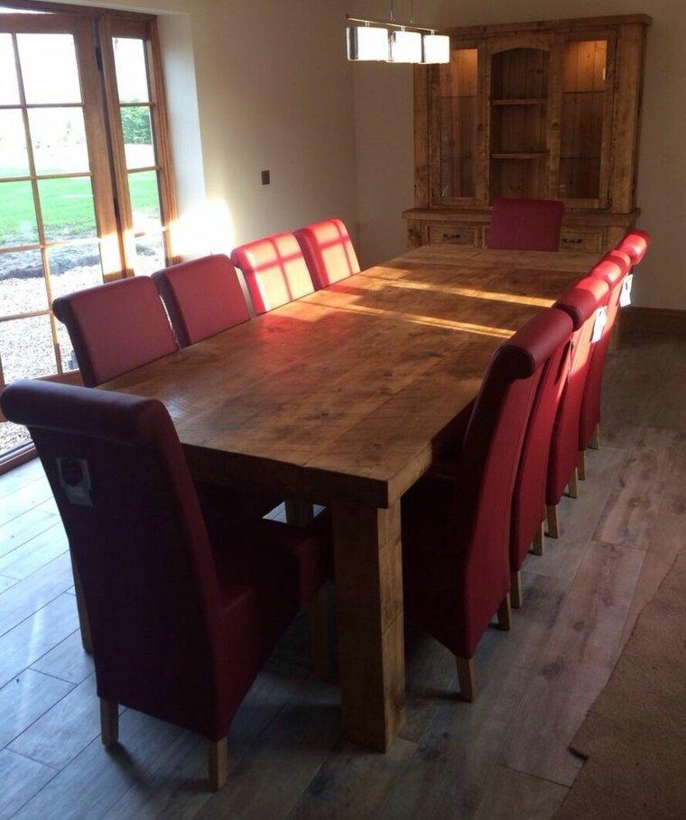mesa madera sillones rojos
