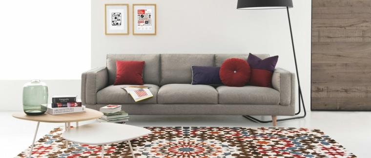 mesas-preciosas-sofa-gris-alfombra-colorida