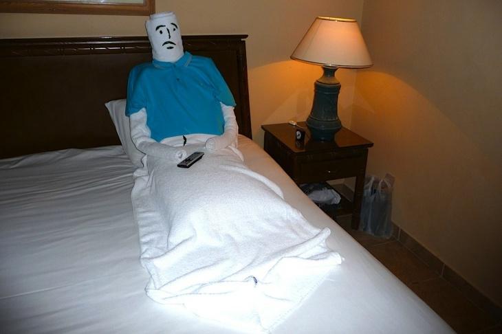 muñeco toallas viendo televisión