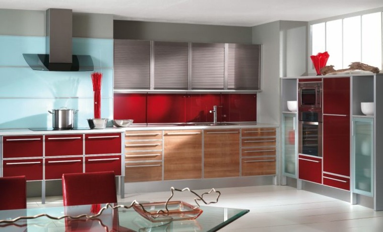 muebles de cocina en rojo, vidrio y madera